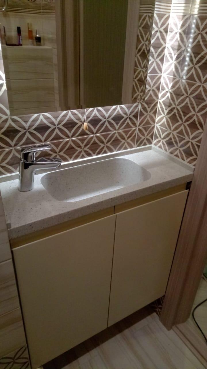 Нестандартное решение для ванны, при  глубине столешницы 25 см.